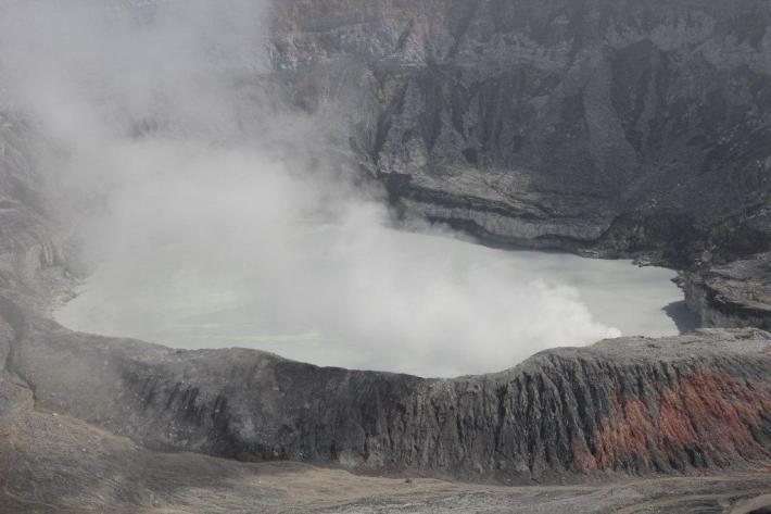volcan Poas en activité
